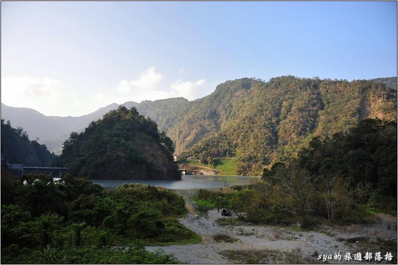 遠處那做尖尖小島右方的建築就是水壩上方的土地公廟。這個可以參考文章後段的說明與描述。