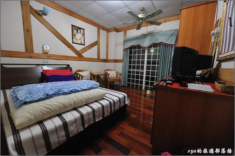 雖然內裝簡單,但房間內配有暖氣、獨立的衛浴,整體的環境還不錯,雙人房一晚價格1800,住起來還算超值。