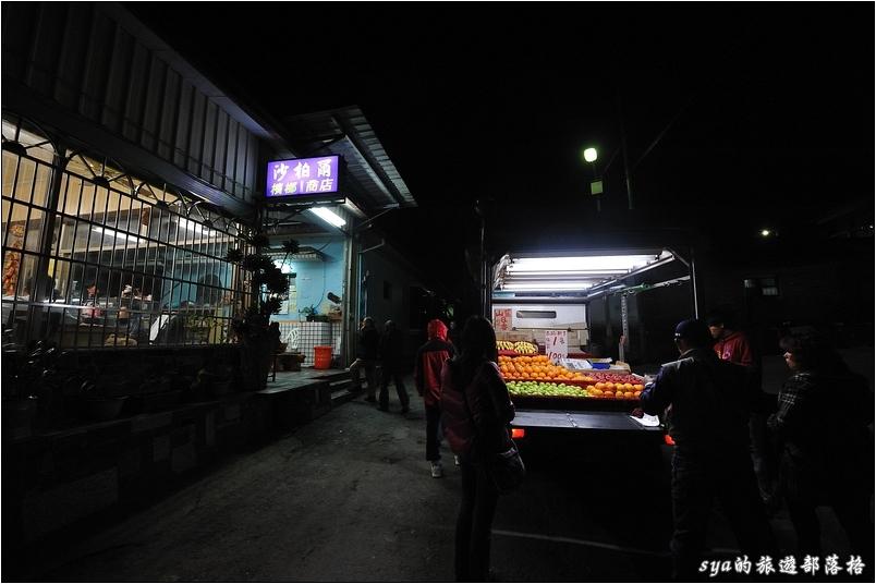 界山路的夜晚,這邊是個很原始的小村落,看不到平常常見的7-11,倒是可以看到很多家的雜貨店;巷子裡還有陣陣叫賣聲的水果阿伯,一種慢活的步調讓你從一踏上這條街,就濃的讓你揮不開。