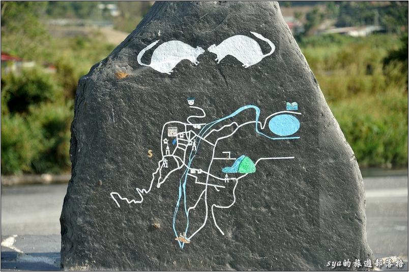 新武界橋前有塊大石頭,上面漆畫了簡單的地圖。但我想這應該是要給當地人看的,外地人應該還是很難瞭解。至少我第一次來時,只覺得它是個石頭上的藝術。第二次到訪時,才開始慢慢有點感覺。