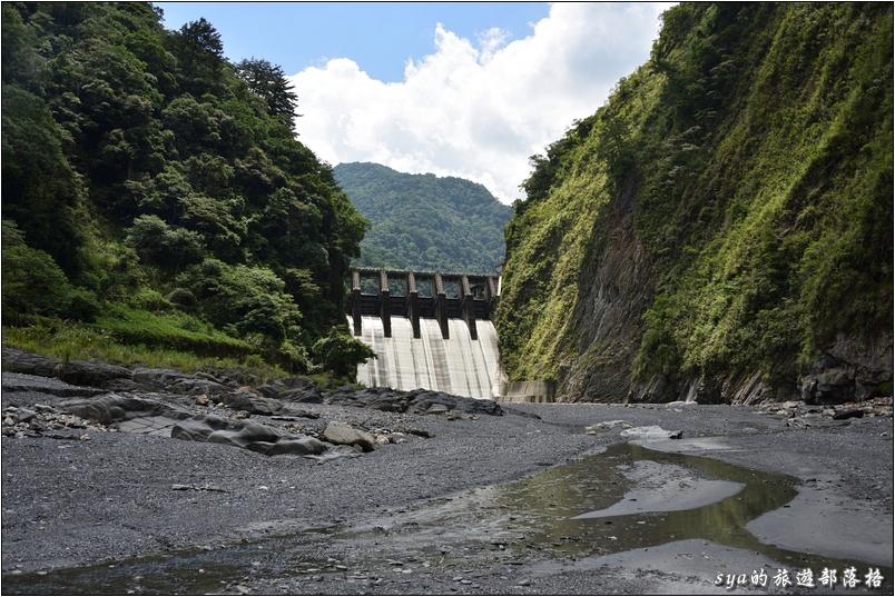 這張則是從濁水溪壩底拍攝的武界大壩
